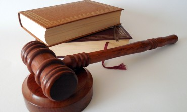 Tylko 8 proc. Polaków korzysta z usług prawnika. Ponad połowa samodzielnie interpretuje przepisy albo szuka odpowiedzi w internecie i wśród znajomych