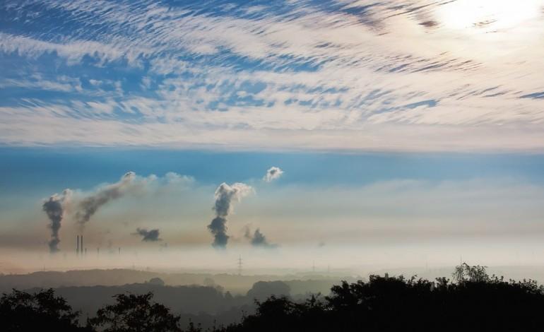Nowe przepisy ułatwią walkę ze smogiem. Od 2018 roku pojawi się pakiet wsparcia dla najuboższych właścicieli domów jednorodzinnych