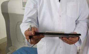 Ponad 800 tys. Polaków choruje na zaćmę. Większość nie wie, do jakiego leczenia ma prawo w ramach NFZ