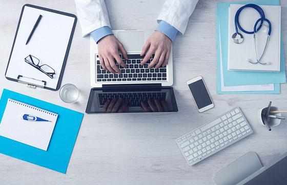 Farmaceuci będą odgrywać ważniejszą rolę w opiece szpitalnej. Ma to przynieść placówkom oszczędności