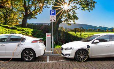 Konsumenci czekają na uruchomienie dopłat do elektrycznych aut. Rozszerzenie ich na firmy mogłoby trzy razy mocniej rozpędzić rynek