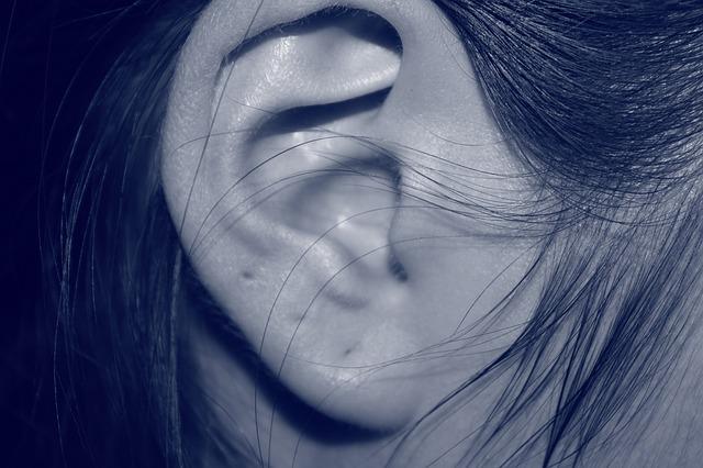 W Polsce tylko co trzecia osoba z niedosłuchem korzysta z aparatów słuchowych. Barierą jest niska refundacja